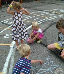 Copii pe terenul de joaca
